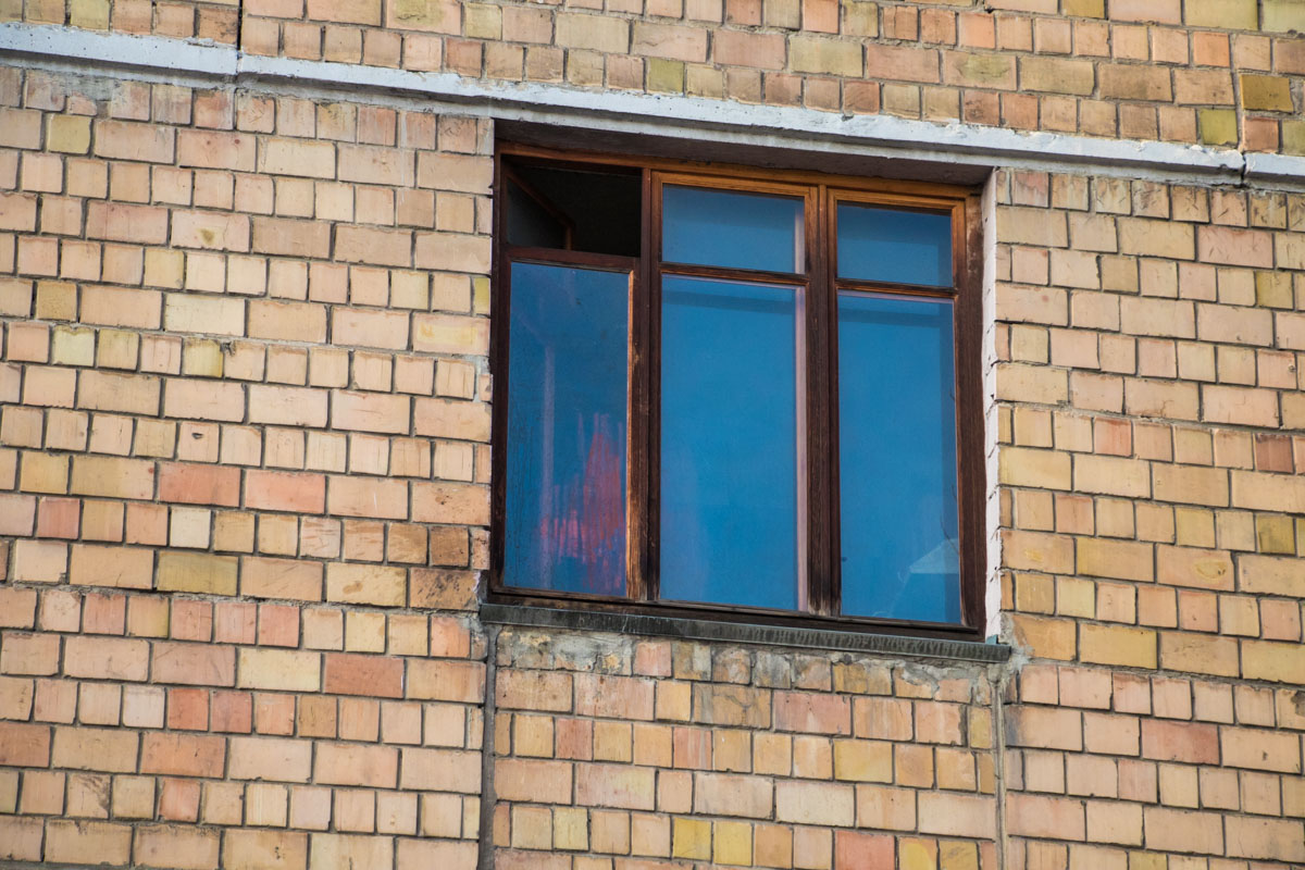 По предварительной информации, женщина выпрыгнула из окна третьего этажа