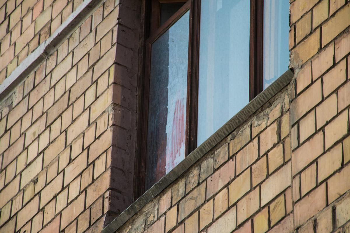 На окне остались следы крови