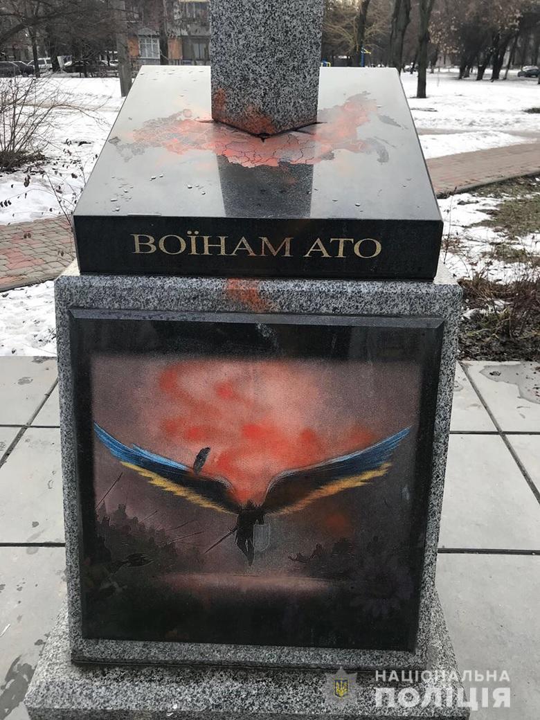 В Киевевандалы разрисовали краской памятник воинам АТО на улице Леся Курбаса
