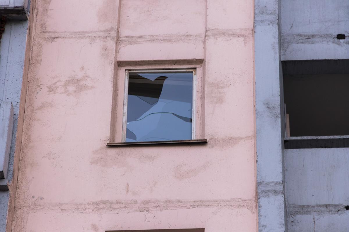 Молодой человек выпал из окна жилого дома