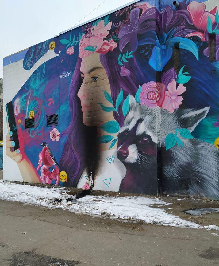 Неизвестные испортили мурал «Селфи или гипноз», который находится на улице Тростянецкой. Фото: Анна Фомина