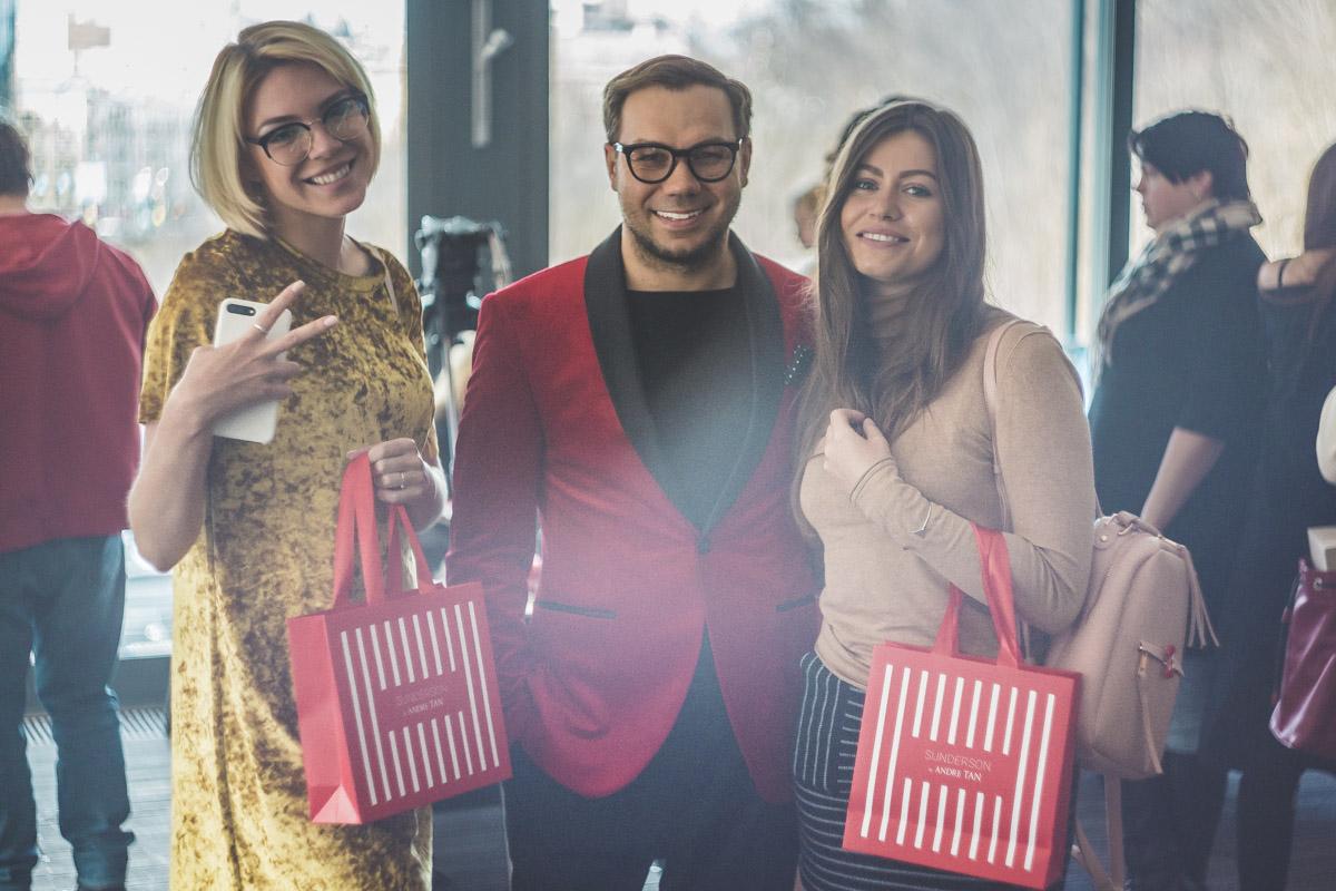 С 2019 года Андре Тан предоставляет Информатору дизайнерскую одежду для эфиров пресс-центра