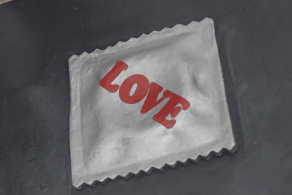 Металлический презерватив напоминает о безопасности интимной жизни