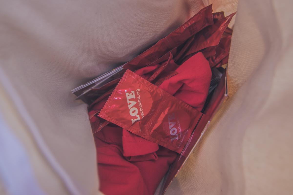 Волонтеры бесплатно раздавали кондомы на улице