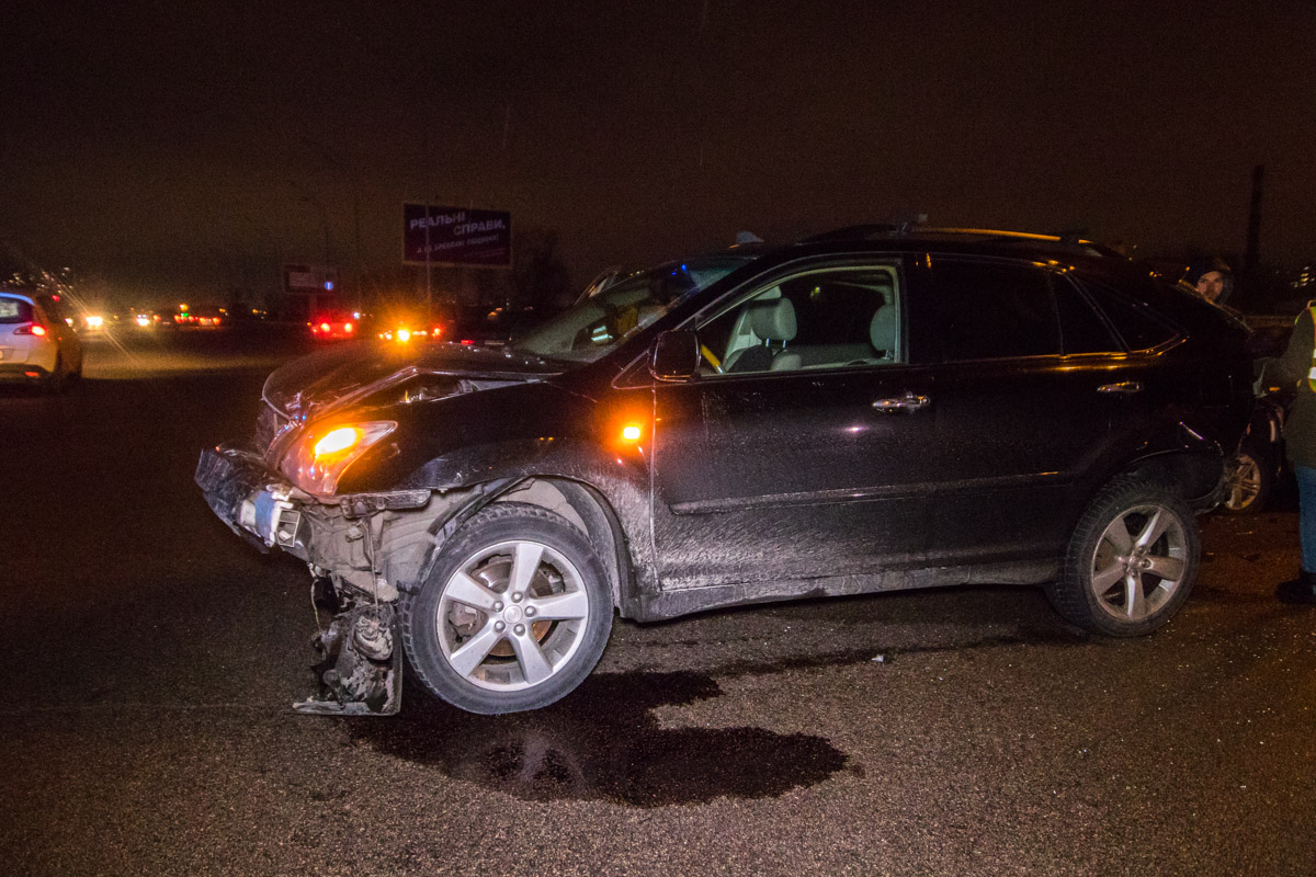 В результате аварии пострадали водитель и девушка-пассажирLexus