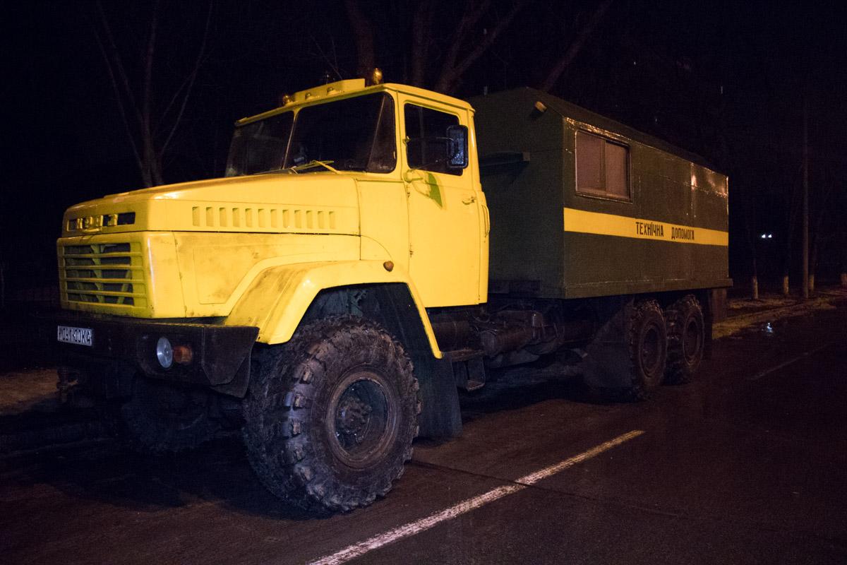 На место прибыл автомобиль технической помощи для того, чтобы отбуксировать сломанную машину в депо