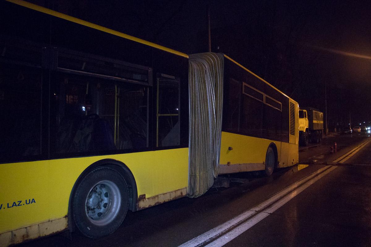 Задняя часть автобуса оказалась на асфальте