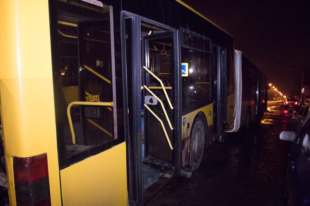 """После того, как общественный транспорт наехал на """"лежачего полицейского"""" возле одного из пешеходных переходов, у него оторвалось днище"""