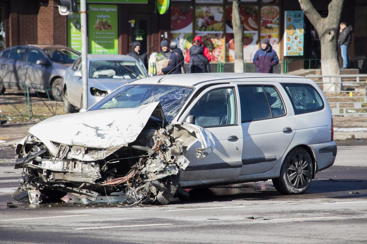 В Киеве на Елены Телиги столкнулись два автомобиля