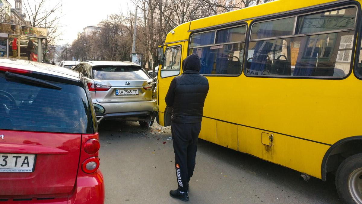 На пересечении улиц Льва Толстого и Владимирская произошла авария с участием легкового автомобиля Lexus RX300 и маршрутного такси №189