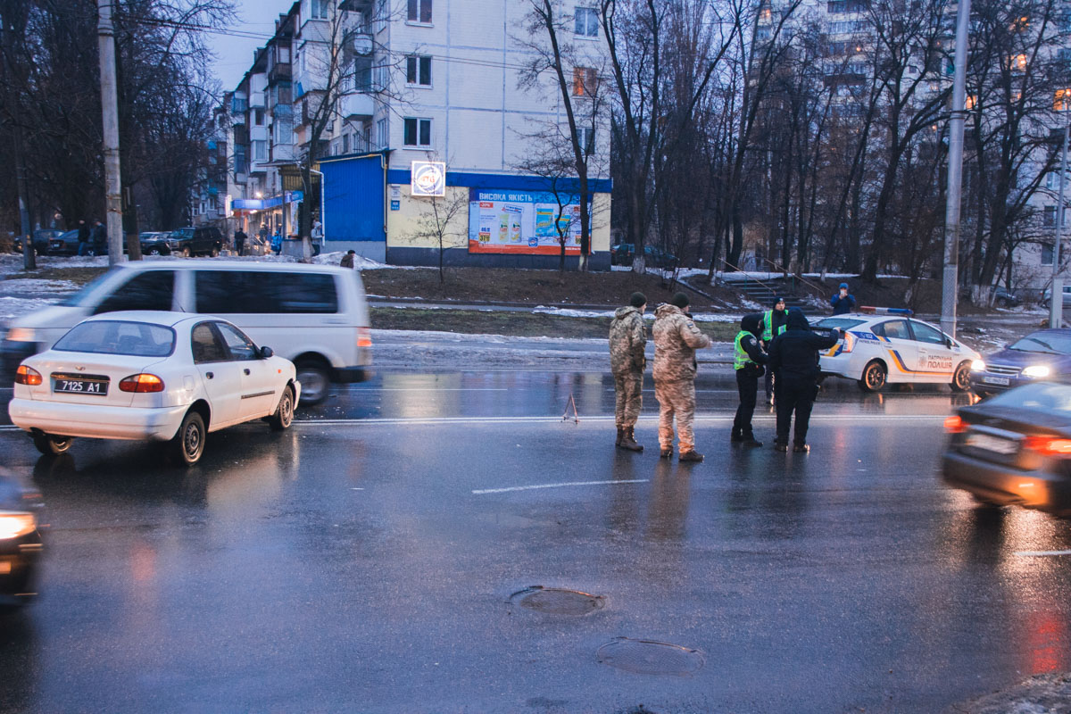 На улице Соломенской столкнулись полицейский и военный автомобили