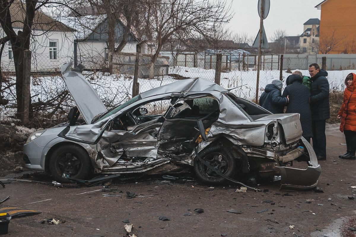 Автомобили столкнулись на перекрестке. От сильного удара машины разбросало по проезжей части