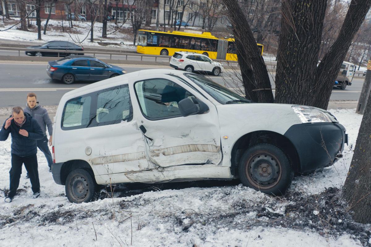 Peugeot не поделил дорогу с Mercedes, вылетел на возвышенность и врезался в дерево