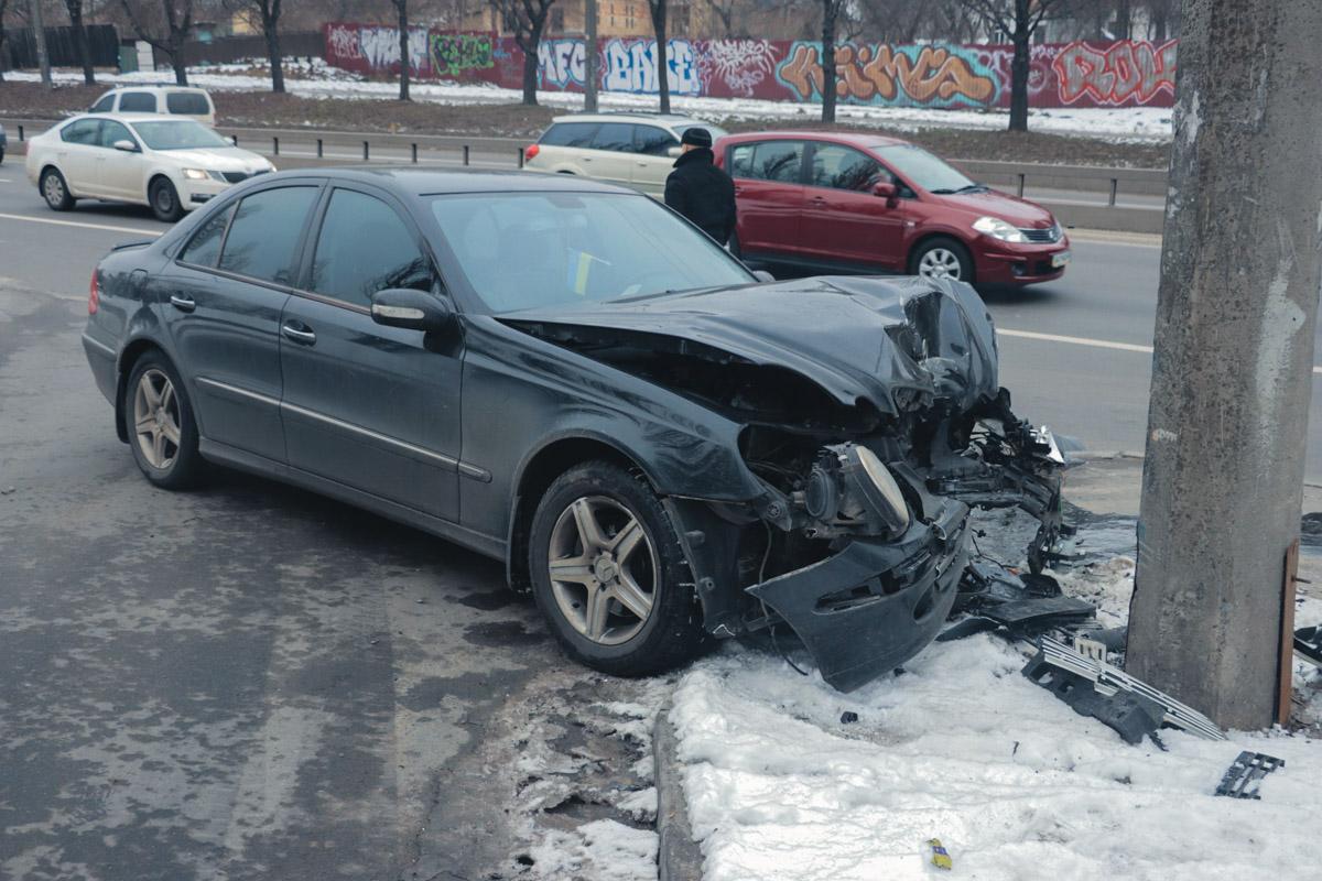 У Mercedes сильно повреждена передняя часть