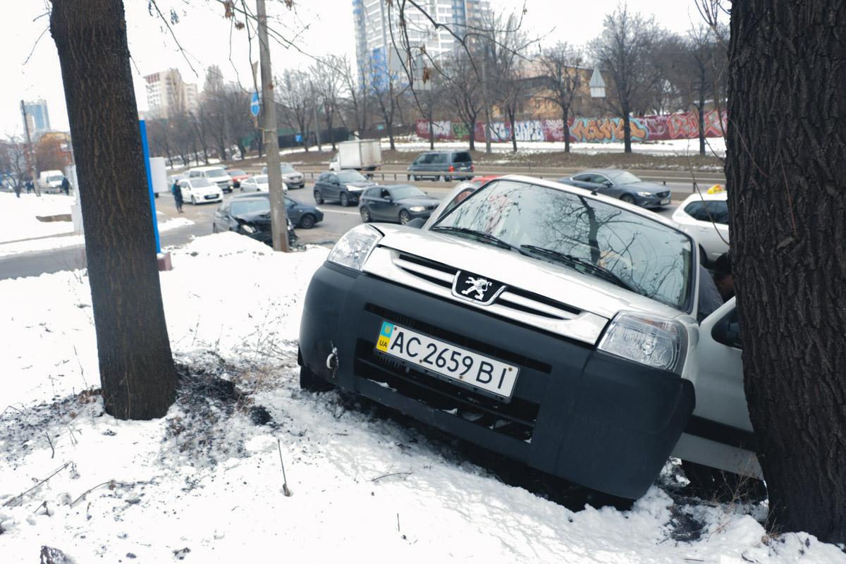 Столкновение произошло на большой скорости, из-за чего оба автомобиля занесло