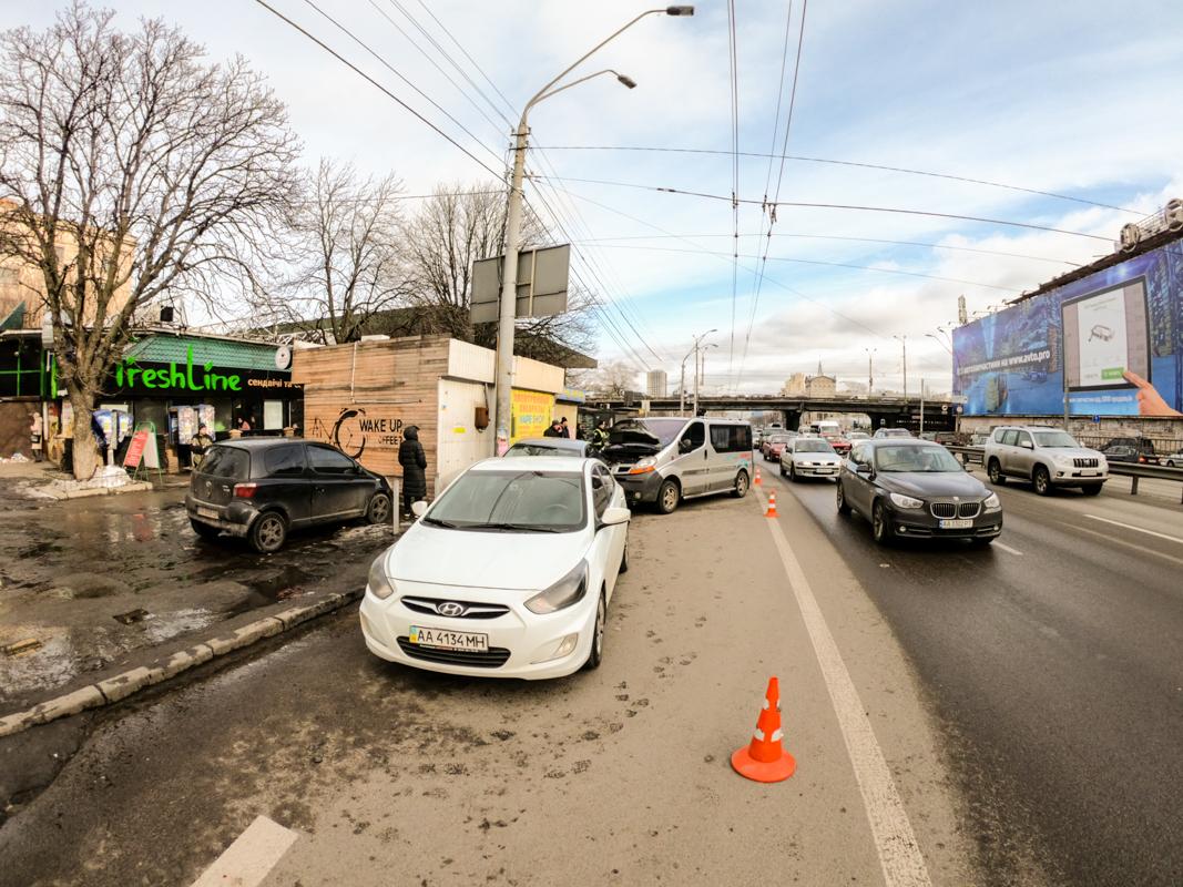 В Киеве на проспекте Победы произошло ДТП с участием трех машин