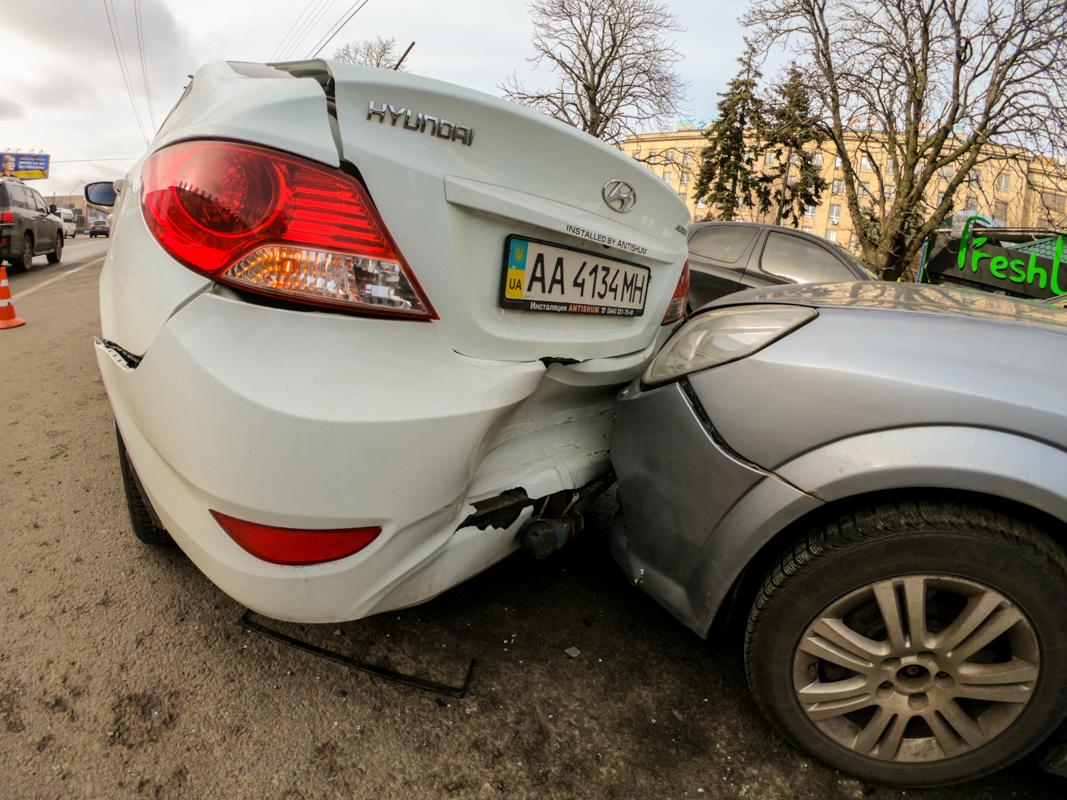 Renault вылетел в стоящий на обочине Opel, а тот в свою очередь врезался в Hyundai