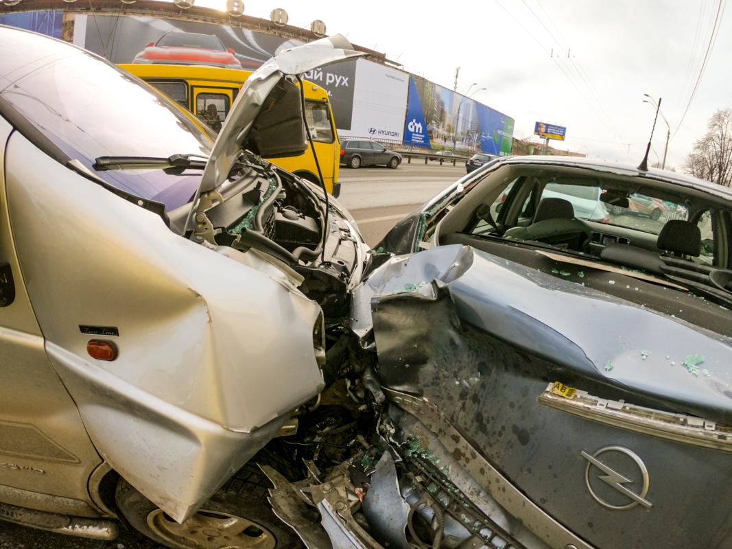 В результате аварии водителя Opel госпитализировали с черепно-мозговой травмой