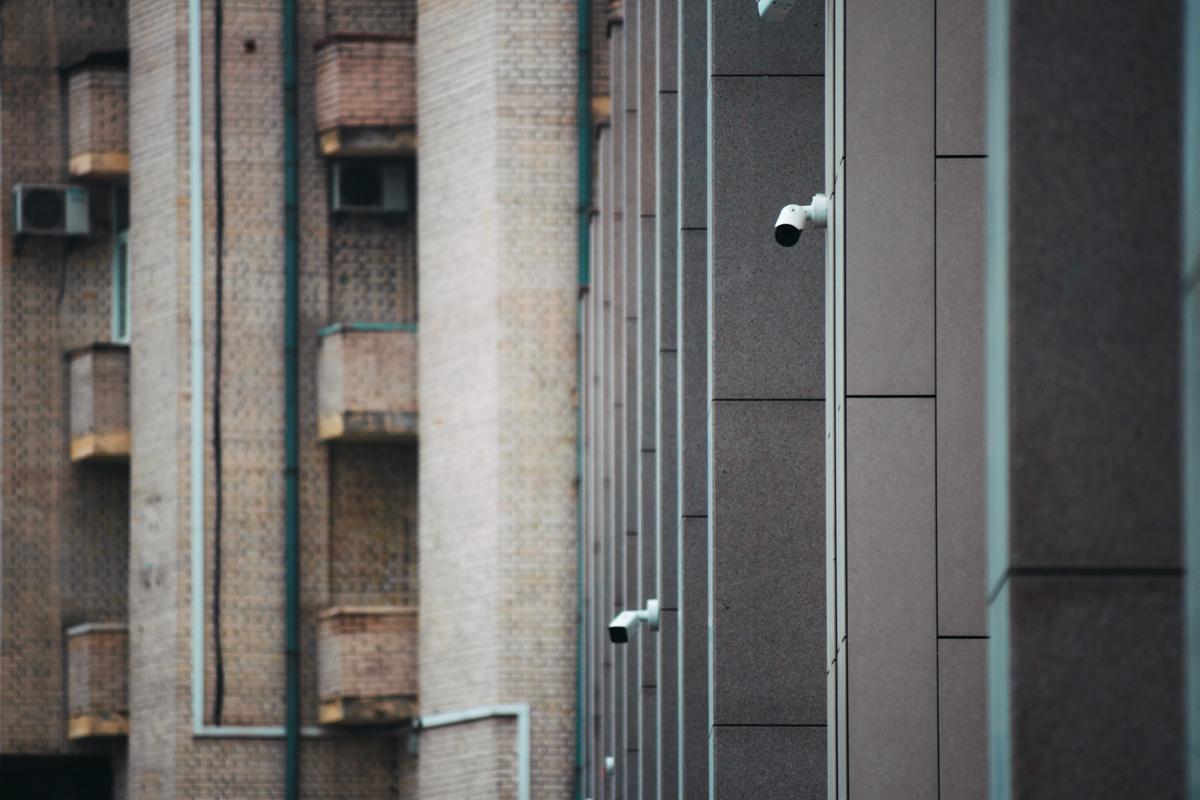 Снаружи по всему периметру установлены камеры наблюдения