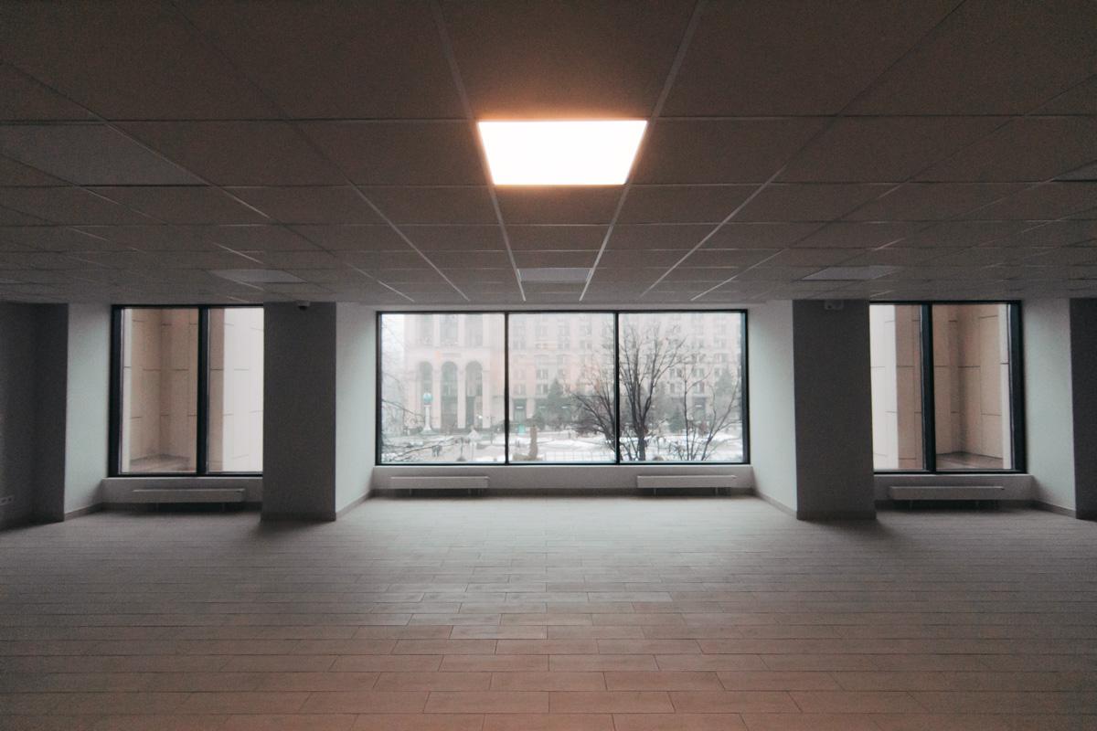 В главном холле теперь открывается прекрасный вид на Майдан