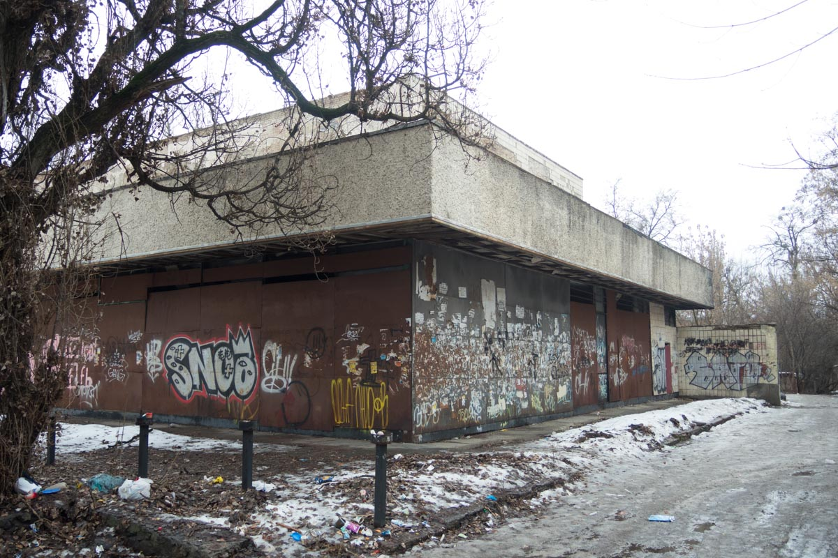 Кинотеатр до сих пор не эксплуатируется и вместе с территорией находится в заброшенном аварийном состоянии
