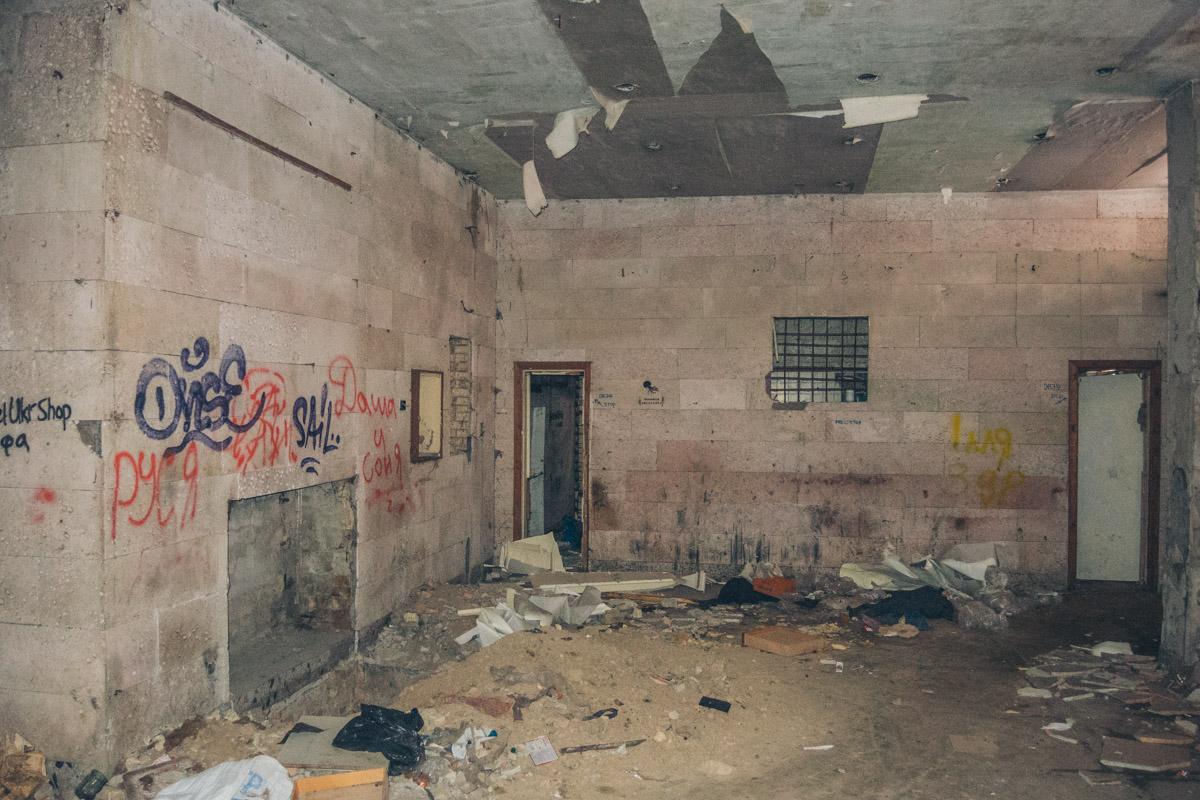 Лишь в 2007 году удалось вывести торговлю из здания