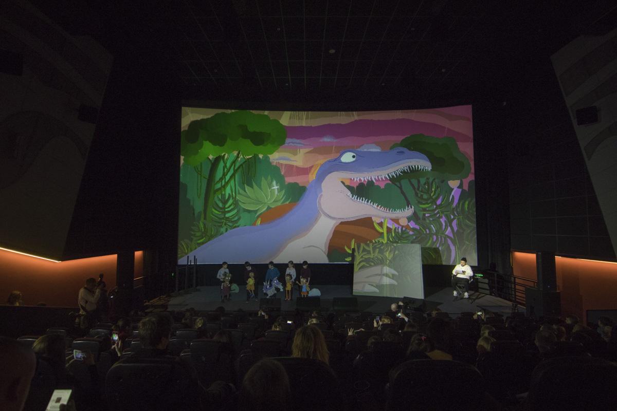 Артист читал малышам сказку со сцены кинозала