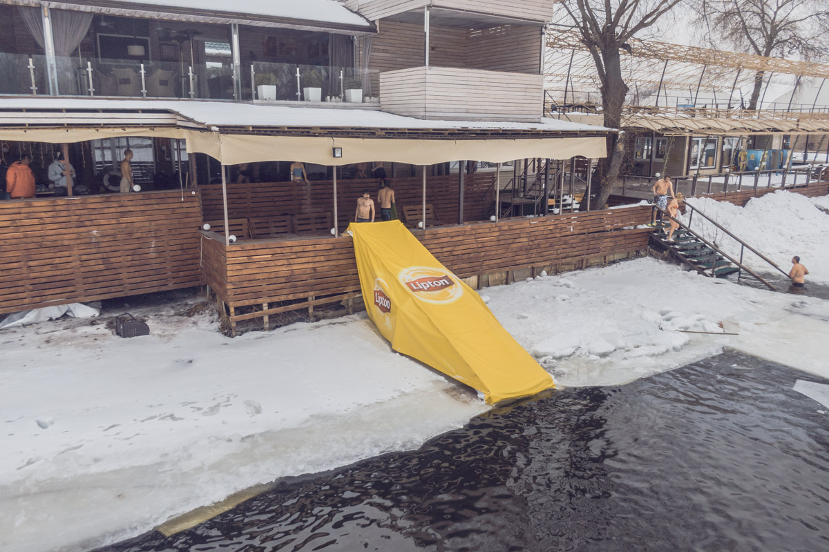 """Современные """"моржи"""" устраивают на берегах замерзшего Днепра настоящие ледяные вечеринки"""
