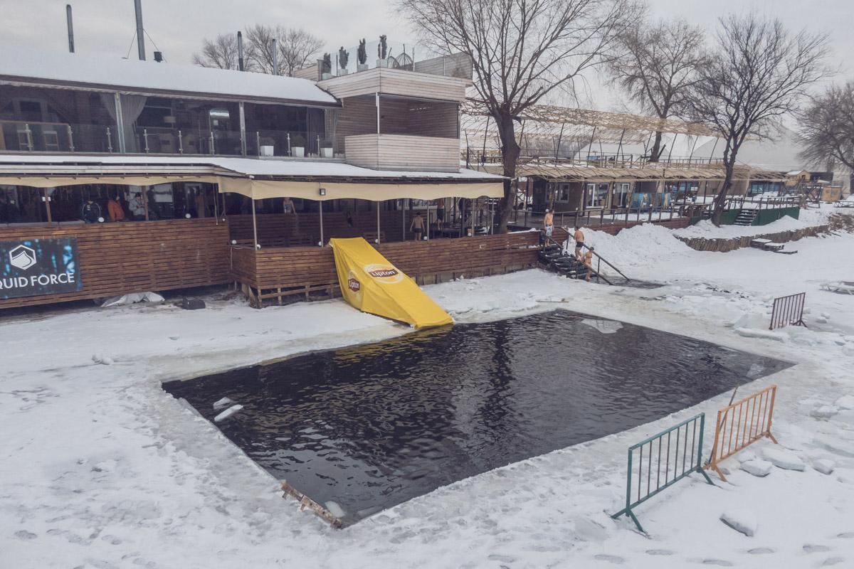 Массовое купание в замерзших водоемах Киева набирает все большую популярность
