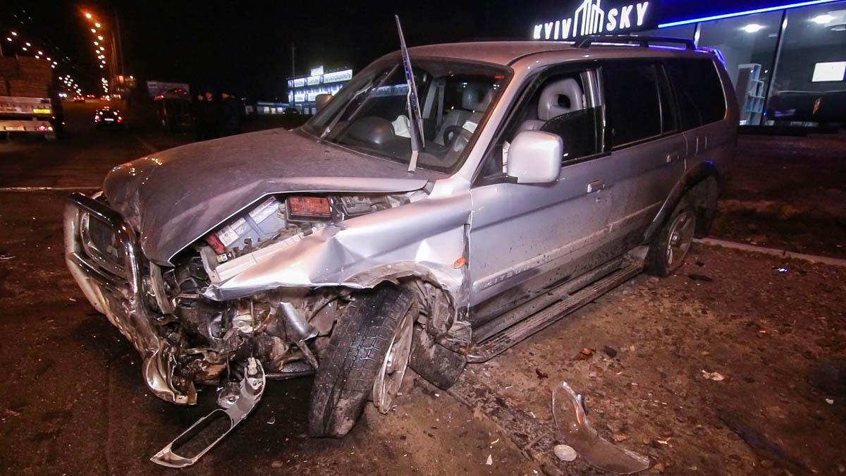 От удара Mitsubishi вылетела на тротуар