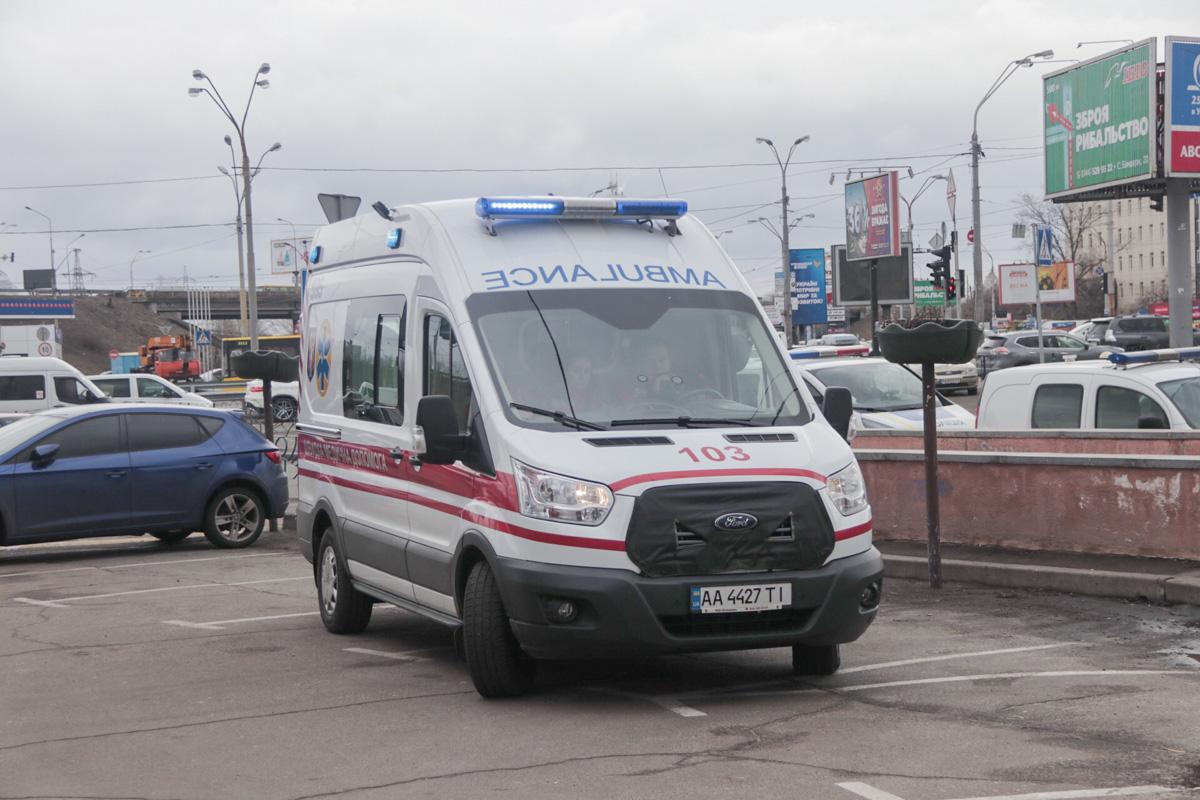 На месте дежурит карета скорой помощи
