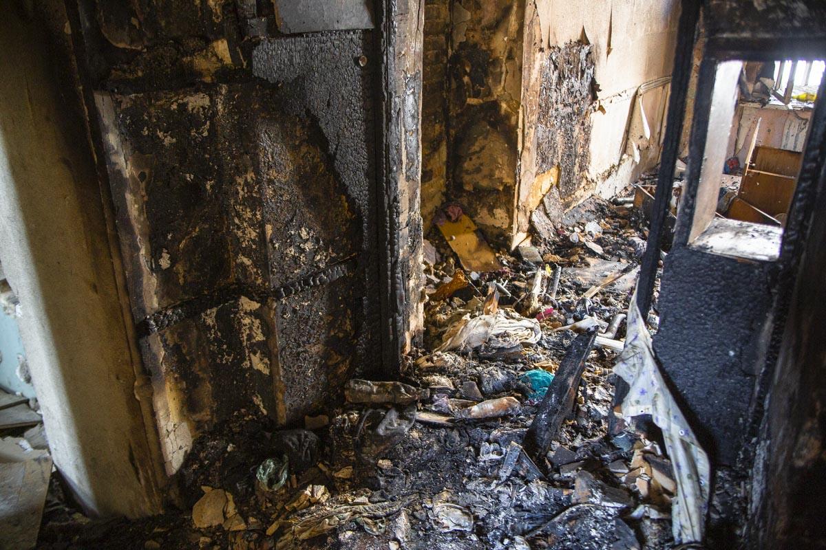 Огонь повредил стены и остатки деревянных окон, выгорел мусор и стройматериалы, которые находились внутри