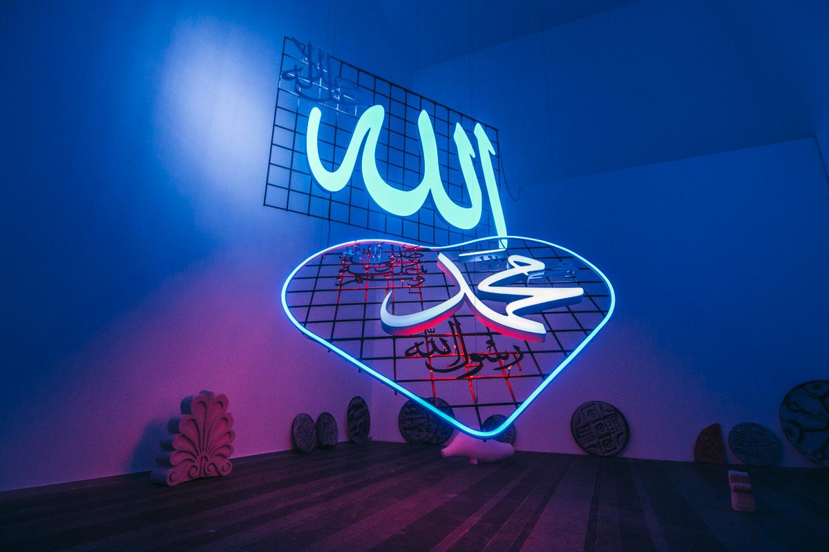 Алия Фарид из Кувейта в работе «Хранилище» обратилась к истории и роли религии в современном обществе