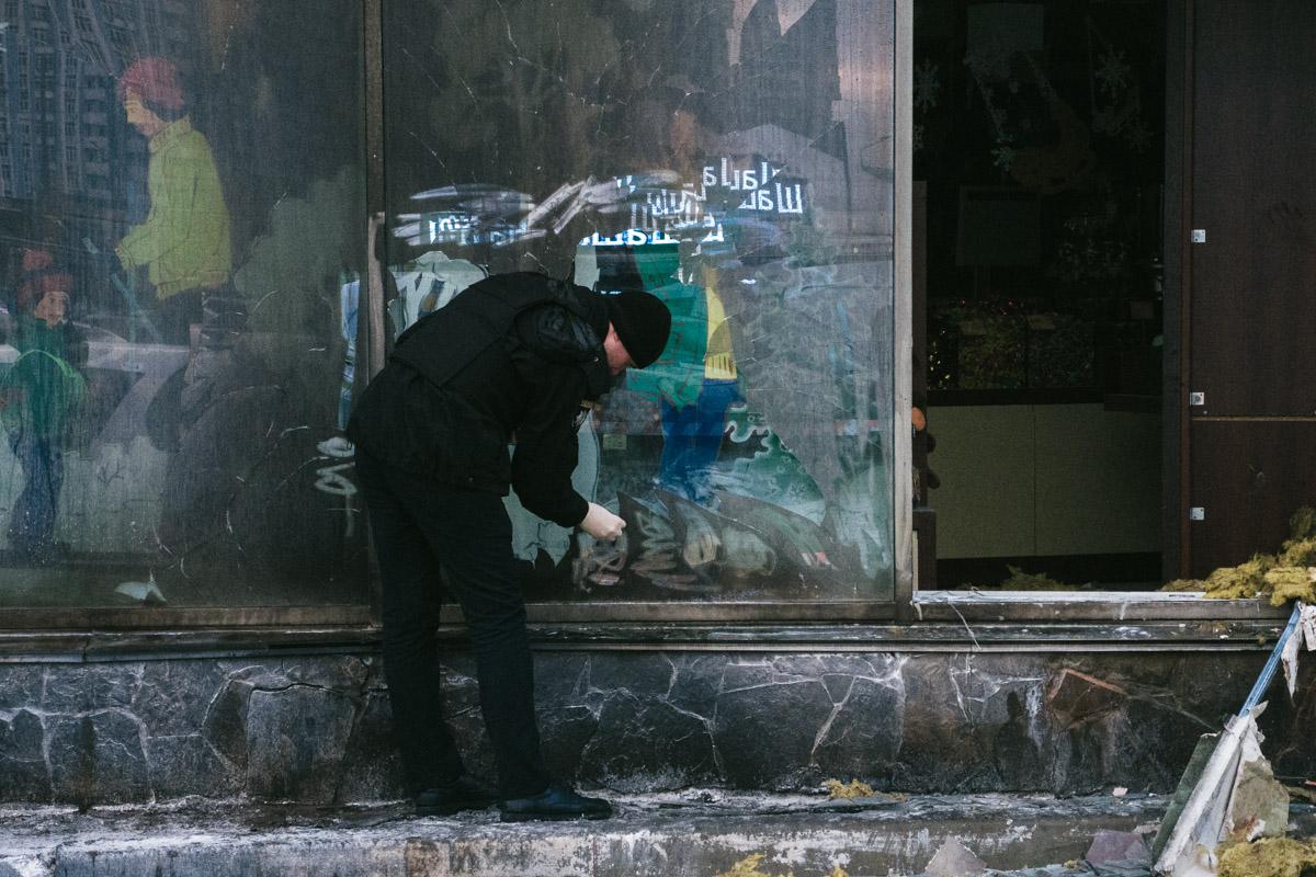 По словам очевидцев, они видели, как к магазину подошел мужчина в военной форме с ведром в руках
