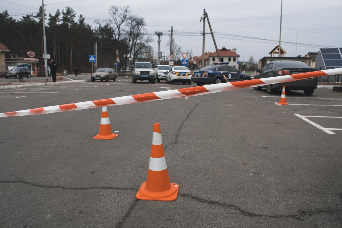 Сейчас территория парковки оцеплена. На месте работают следователи и эксперты