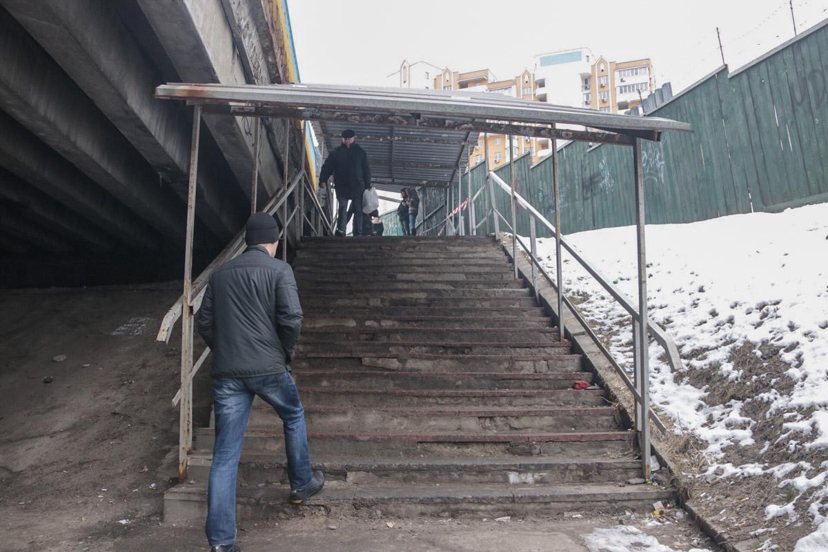 Предварительно, он спускался по лестнице под Индустриальный мост, упал и ударился головой. Травма оказалась смертельной