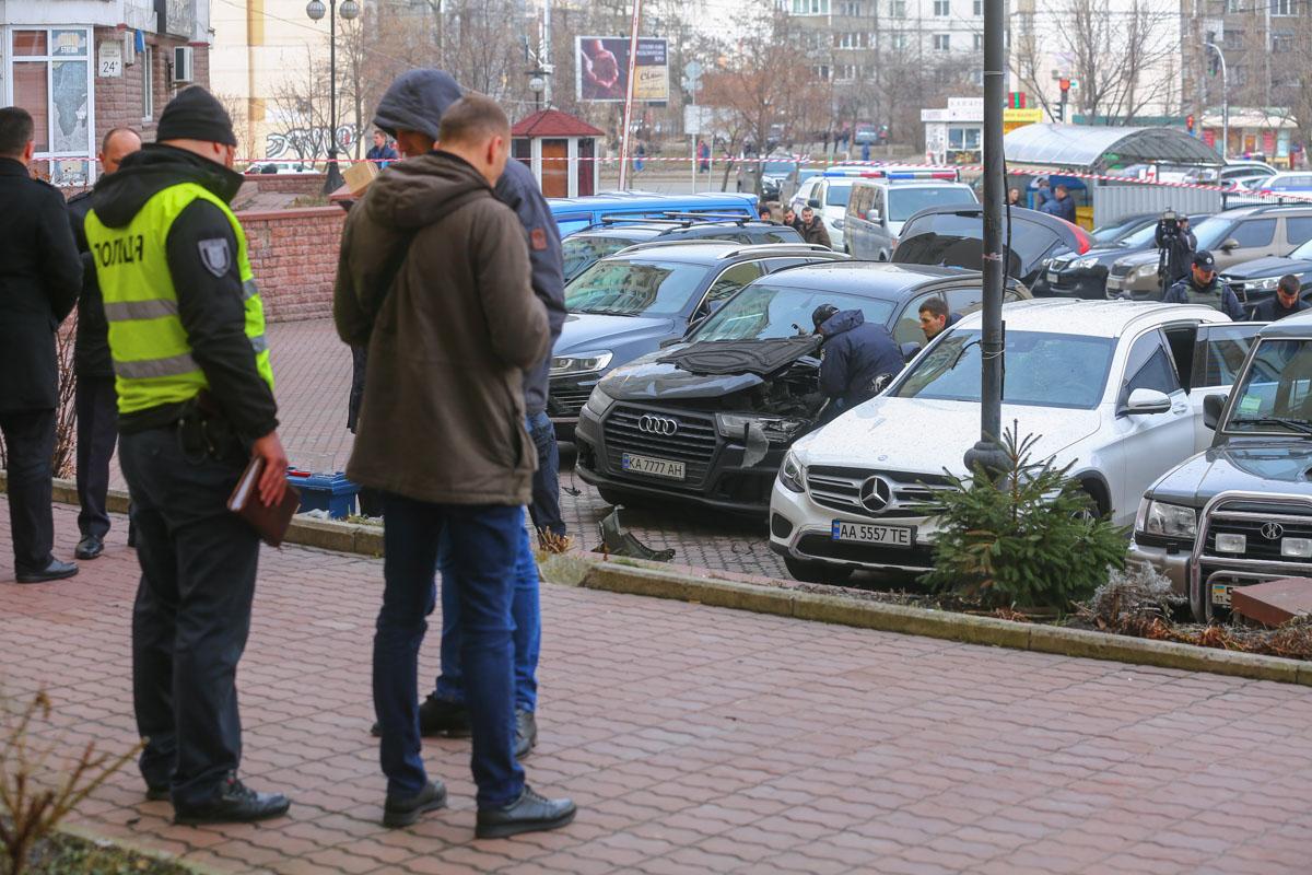 Медики госпитализировали водителя Audi, который в этот момент был возле машины