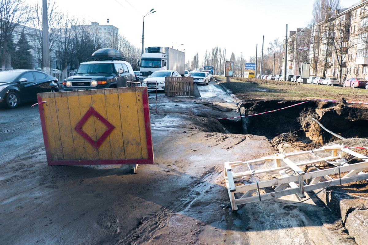 19 февраля на улице Народного ополчения появилась глубокая яма