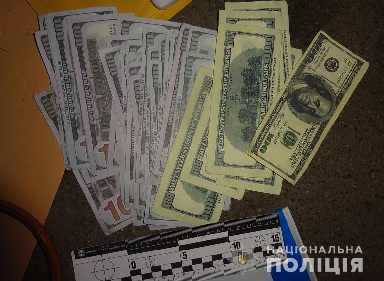 Вместо сбережений, которые женщина отдала мошенникам, ей подсунули конверт с сувенирными купюрами