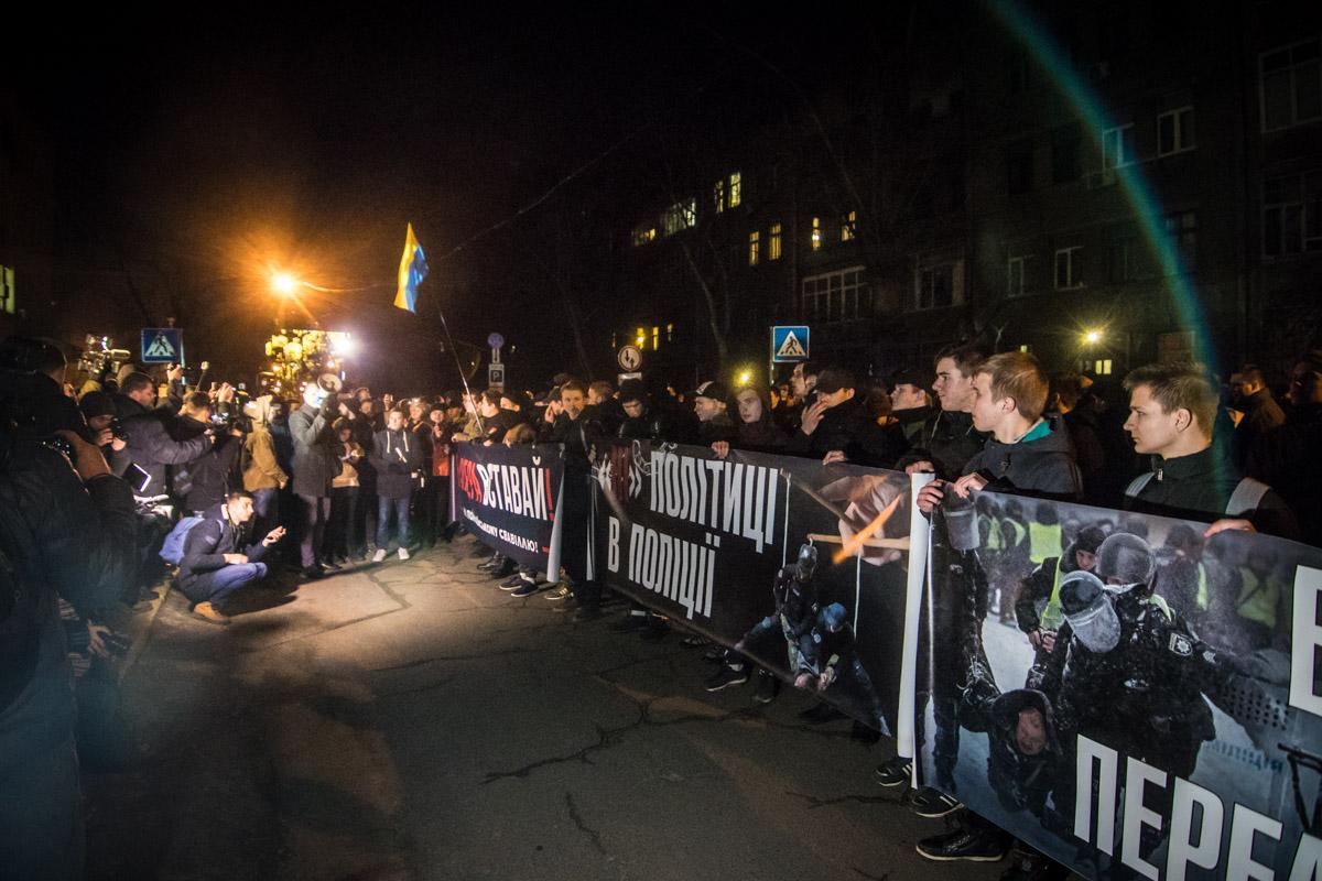 Они требовали отставки министра Арсена Авакова и напомнили правоохранителям про жесткое задержание активистов в Подольском отделении полиции