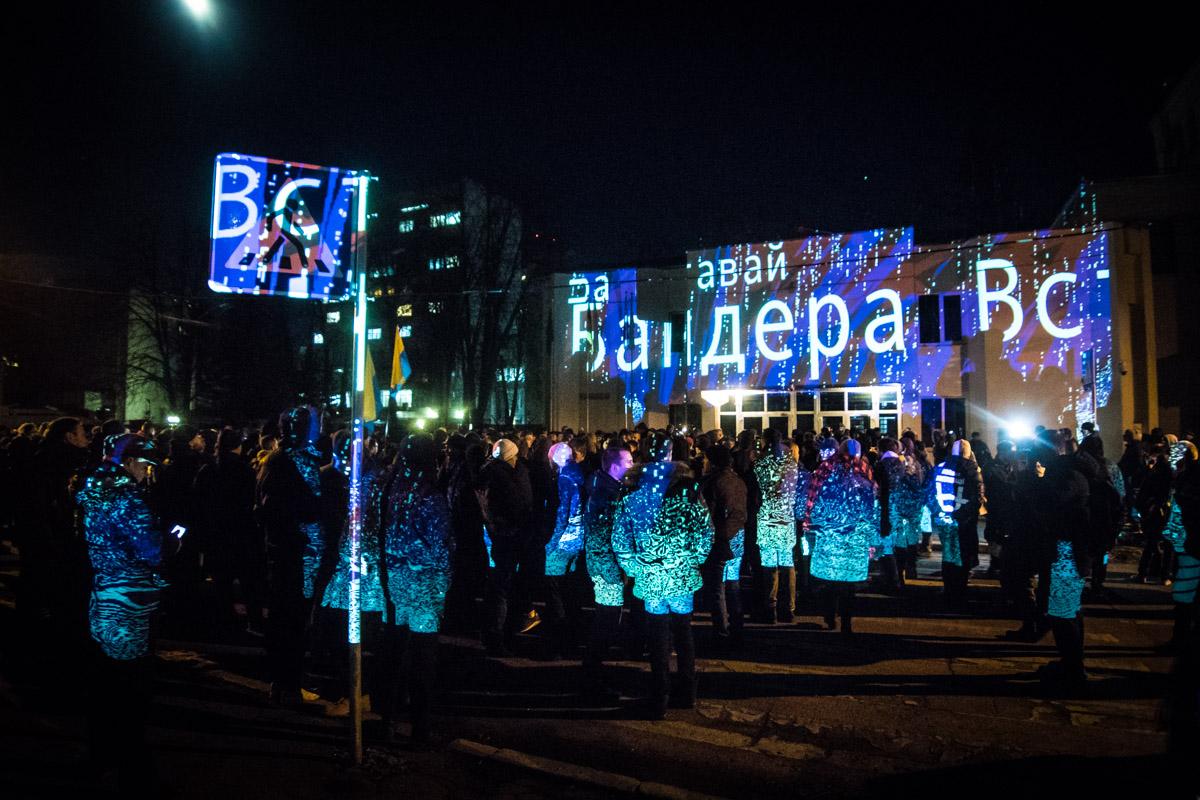 Возле здания министерства активисты установили проектор и вывели на стену название этой акции, а после показали несколько роликов, в которых полицейские применяют силу против активистов