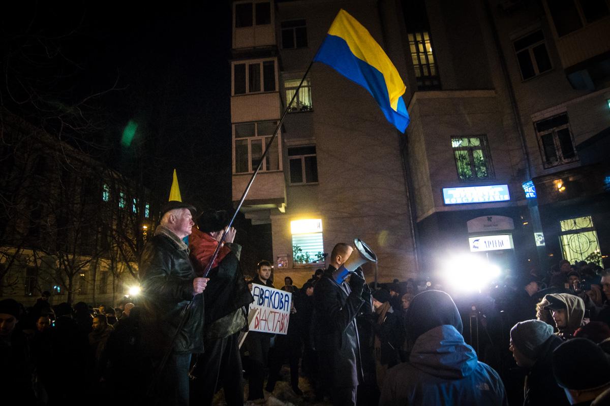 Колонну ждали сотни правоохранителей. Они оцепили периметр забора и ближайшие улицы, но не мешали активистам пройти к главному входу Министерства