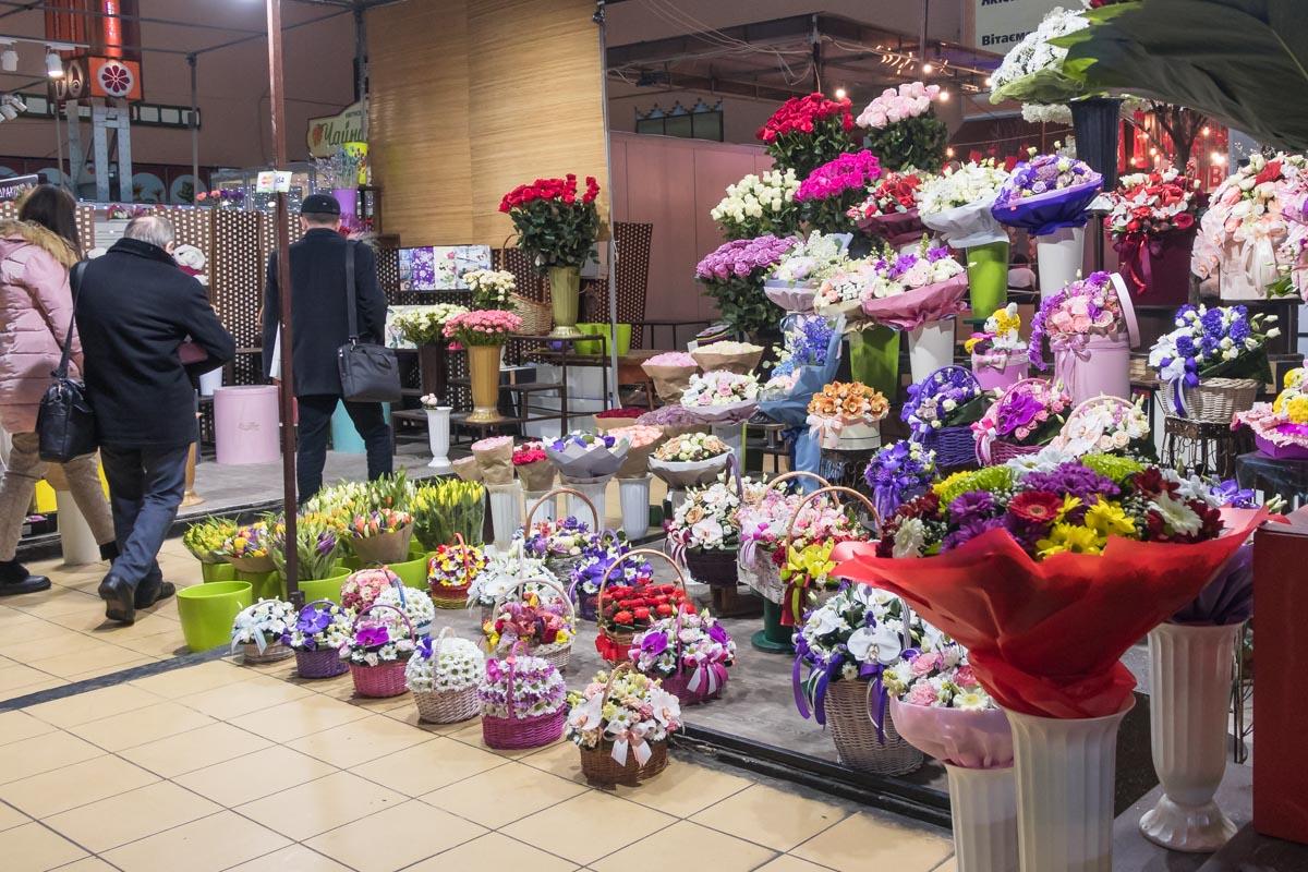 В эти дни цветочные магазины обычно повышают цены на цветы, тем самым еще больше повышая свою прибыль