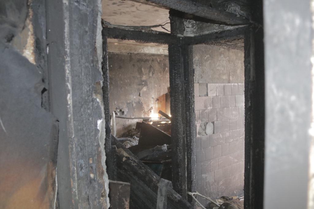 К моменту приезда спасателей пламя охватило все помещение, квартира сгорела дотла