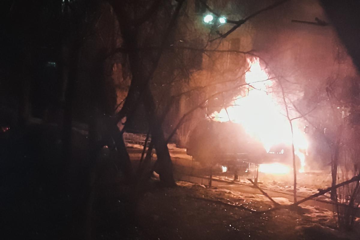 По предварительной информации, машина загорелась около 01:50, спустя час после того, как водитель поднялся домой