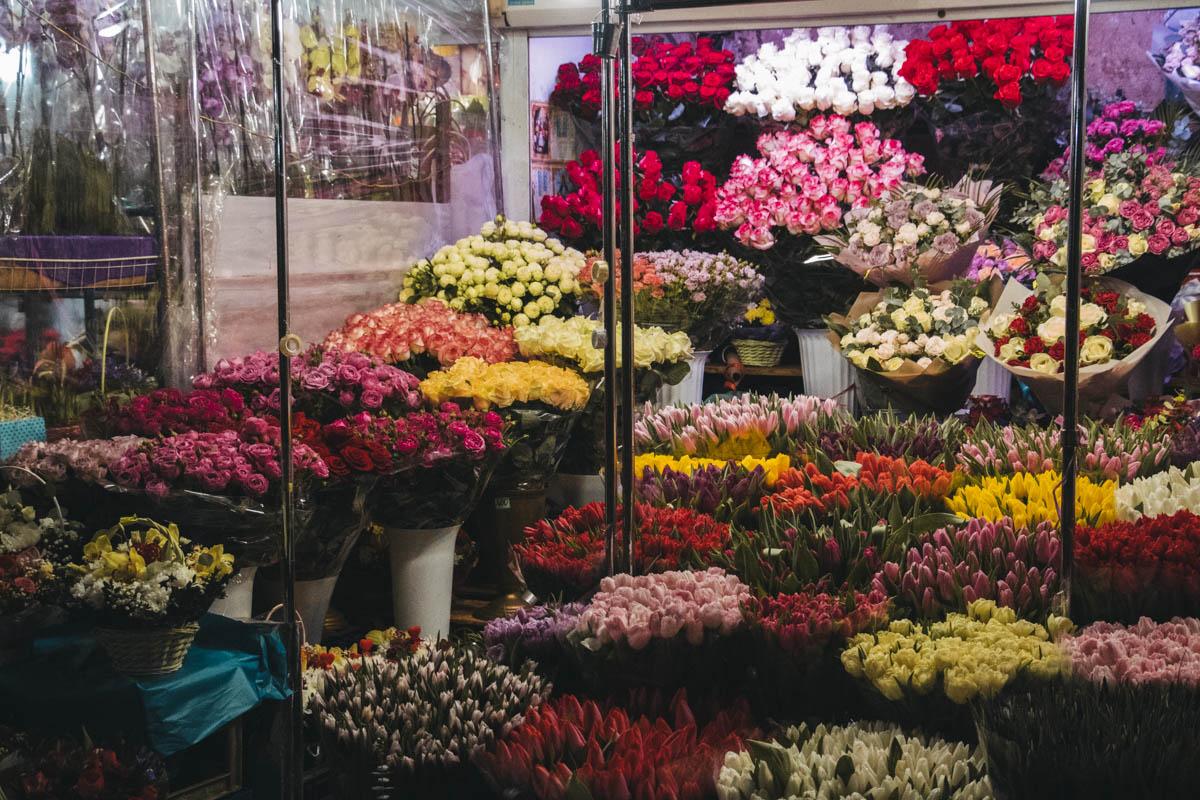 Мы сравнивали цены на пионы, розы, ромашки и тюльпаны