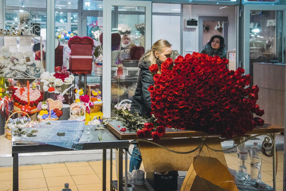 Повышение цен на цветы не может стать преградой для настоящей любви - хотя такой вот букет влетит в копеечку и в обычный день