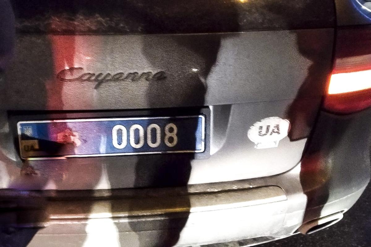 В момент аварии на Porche были установлен синие номера