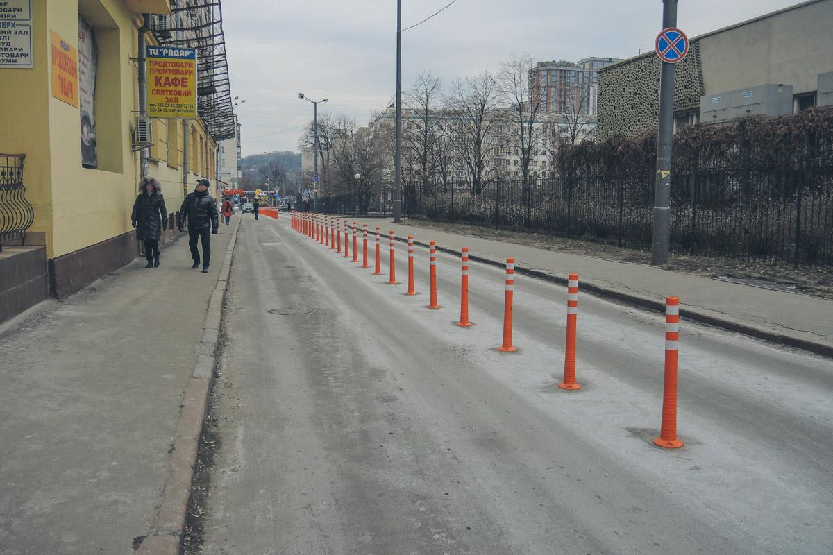 В центре Киева установили 120 метров оранжевых столбиков