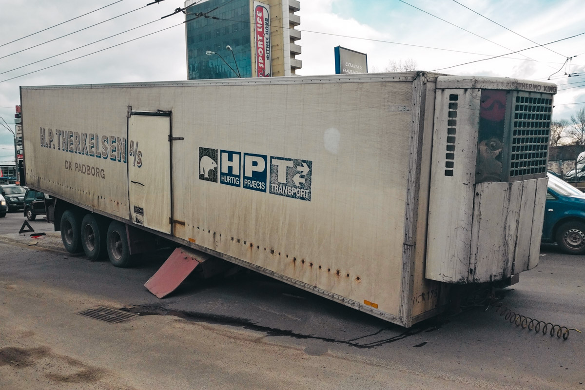 27 февраля на проспекте Бандеры у седельного тягача марки Volvo оторвался полуприцеп